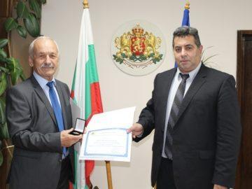 Председателят на Съюза на пенсионерите Йордан Казаков с почетен знак от областния управител