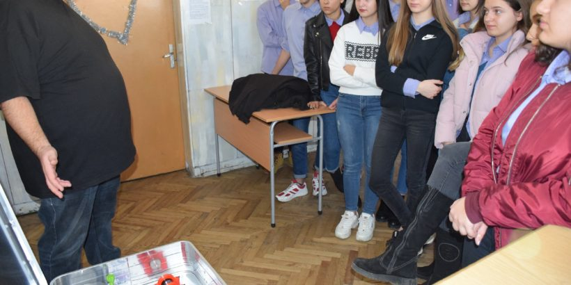 """Ученици от Русе се учат в мобилна водородна лаборатория """"Hydro Lab"""""""