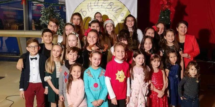 """Вокално студио """"Слънчеви ноти"""" – посланик на Българската Коледа"""