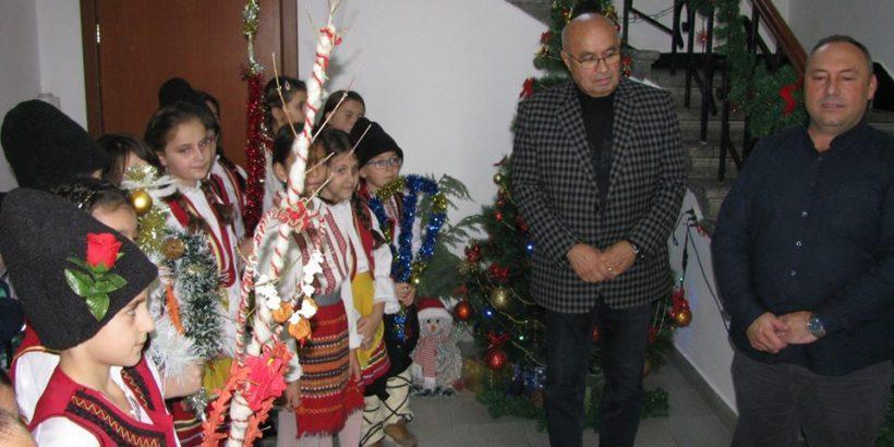 Ученици поздравиха кмета и неговия екип в Сливо поле по повод Коледа