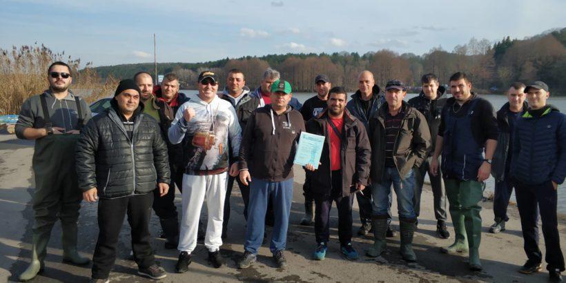 Клуб Feeder fishing Ruse днес зариби езерото в лесопарка