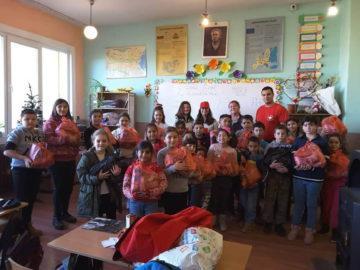 """Доброволците на БМЧК зарадваха децата от НУ """"Св. св. Кирил и Методий"""""""
