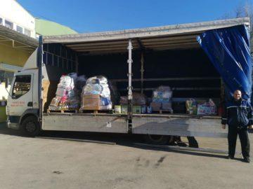 Русенско семейство изпрати близо три тона хранителни продукти за приютите на отец Иван