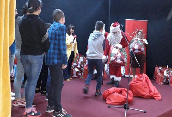 Дядо Коледа донесе подаръци на деца в неравностойно положение от 10 къщи от семеен тип в Гюргевско