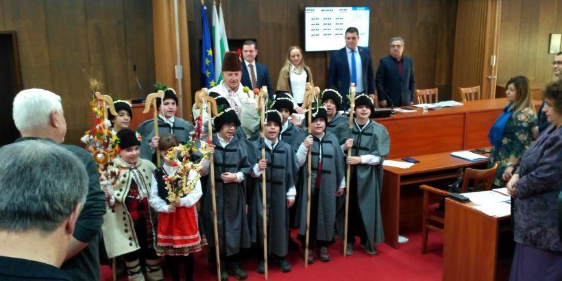 Коледари поздравиха общинските съветници в Русе