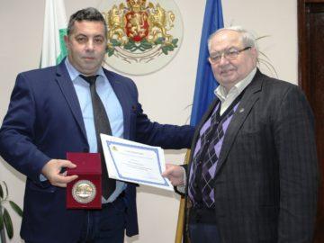 Вили Икономов бе удостоен с плакет от областния управител