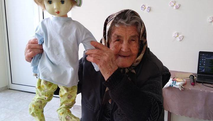 91 - годишна баба Пена отново окъпа бебето в Пиперково