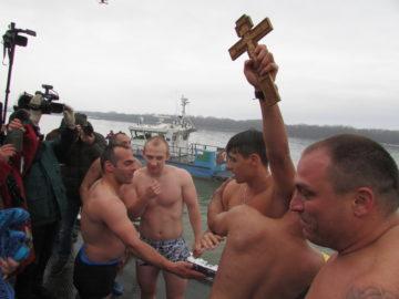 25 - годишният Теодор Цветков извади кръста от Дунава в Русе + ВИДЕО