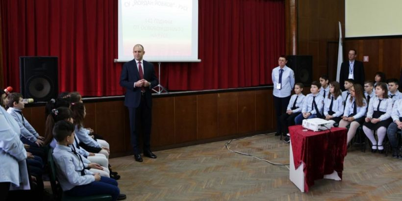 """Румен Радев присъства на урок по Русезнание в СУ """"Й. Йовков"""""""