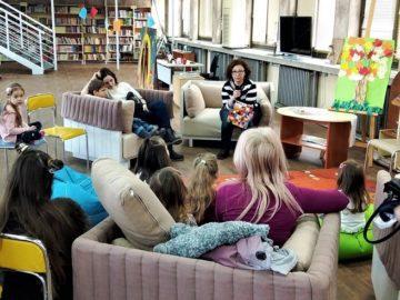 Виктория Тодорова чете приказки на малките посетители в Библиотечко
