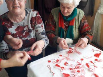Пенсионери от Бъзън изработват мартеници за малките от тамошната детска градина