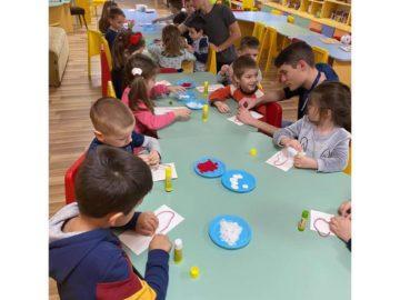 """Младежи помогнаха на децата от ЦДГ """"Детелина"""" при изработването на мартеници"""