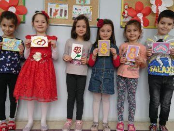 """Децата и педагозите от ДГ """"Червената шапчица"""" се включиха в кампания за детска картичка на тема """"Искам мама да е здрава"""""""