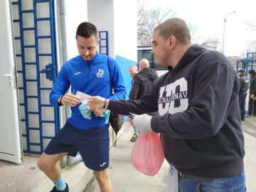 Мартеници с емблемата на ФК Дунав, бяха връчени на целия щаб, начело с футболистите