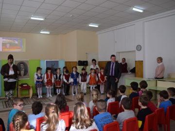 Иновативен урок по родолюбие изнесоха днес децата от детска градина Слънце пред кмета Пенчо Милков