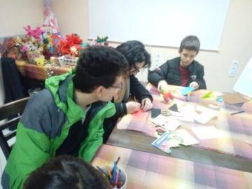 Ученици от ПГДВА с подаръци за децата от Център за работа с деца на улицата