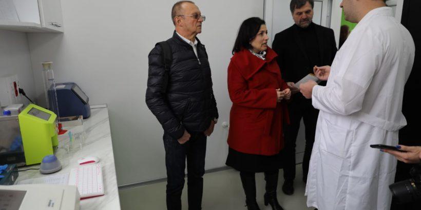 Министърът на земеделието Десислава Танева посети лаборатория в Тръстеник