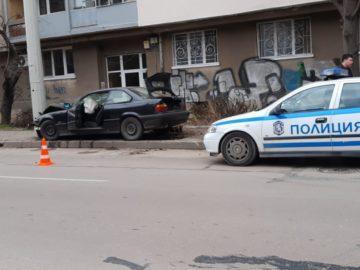 "БМВ се удари в стълб срещу детска градина ""Слънце"" на ул. ""Доростол"" сега"