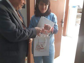 Д-р Камен Кожухаров зарадва всички посетители, пациенти и служители с мартенички