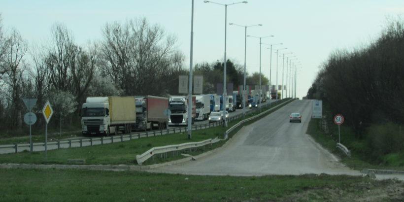 Големи опашки от камиони затрудняват движението по пътя Мартен - Русе