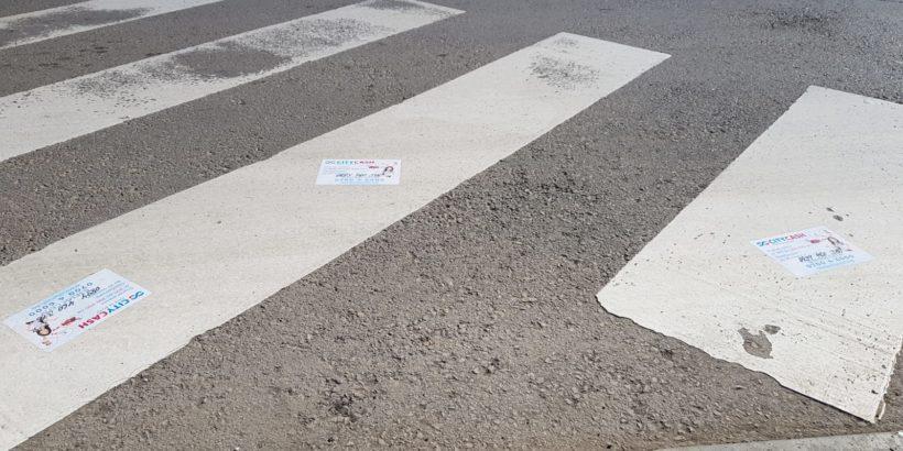Лепенки на фирма за бързи кредити по русенските пешеходни пътеки