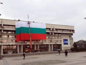 25-метров български трибагреник от ПГО отново краси фасадата на Община Русе