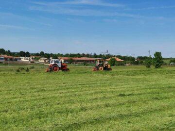 2 трактора с косачки поддържат тревните площи на Община Сливо поле