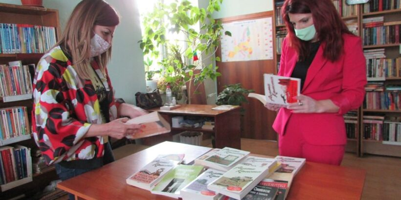 Народният представител Светлана Ангелова дари нови книги на читалището в Две могили