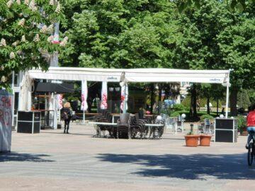 Собствениците и наемателите на заведения в центъра на Русе извадиха столовете и масите
