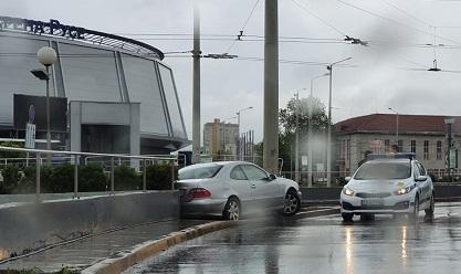 """""""Мерцедес"""" се удари в тролейбусен стълб на кръговото срещу ОД на МВР - Русе"""
