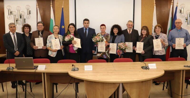 """11 педагози от Русе и региона бяха удостоени с отличието """"Неофит Рилски"""" днес"""