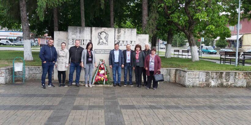 Кметове и служители от Община Ветово почетоха паметта на падналите за свободата и независимостта на България