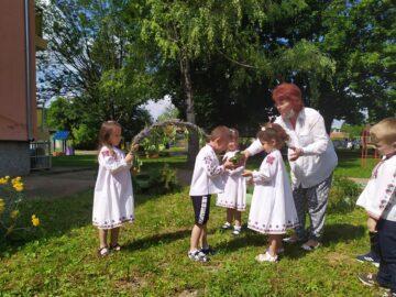 """Цяла седмица децата от Детска градина """"Св. Св. Кирил и Методий"""" - Две могили опознаваха чудния свят на билките"""