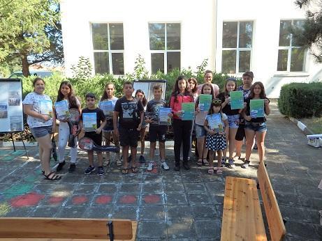 37 детски рисунки в конкурс за безопасно движение в Ценово