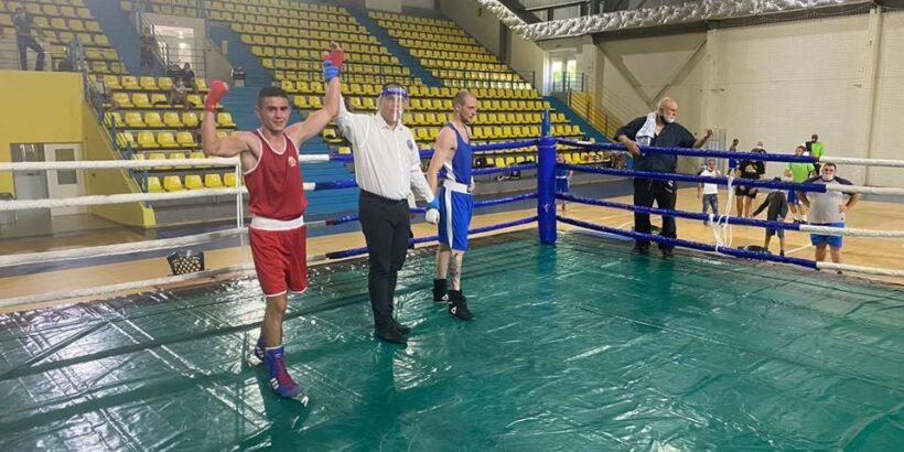 Николай Маринов е държавен шампион по бокс в категория 56 кг.