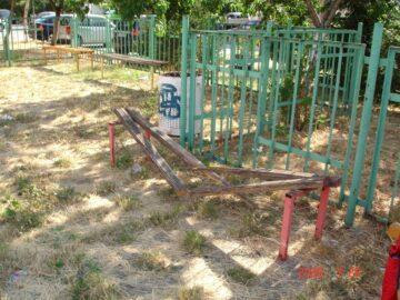 Живущи от блок 305 се оплакаха от лошото състояние на детската площадка там