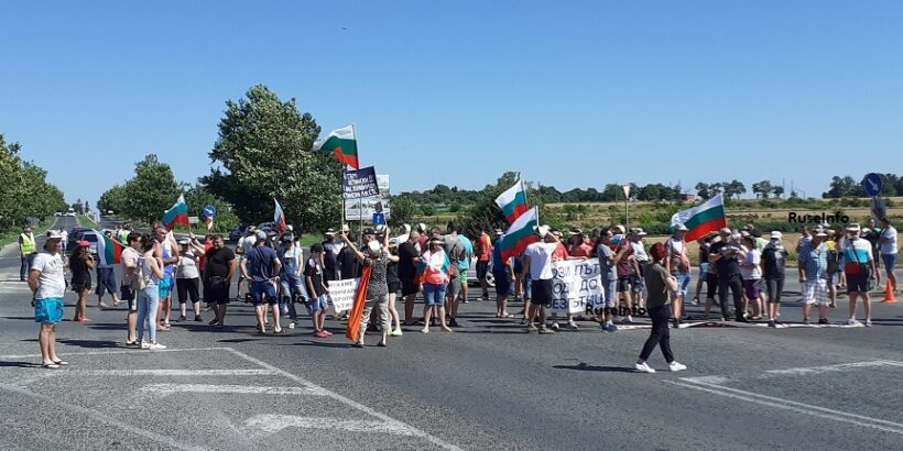 Протестиращи за спешен ремонт на пътя Русе - Кубрат спряха движението и по пътя Русе - Варна