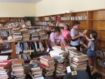Млади доброволци подреждат книги в Ценово