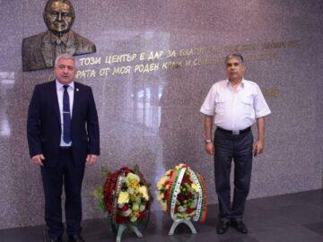 Ректорът на Русенския университет поднесе венец пред барелефа на Игнат Канев