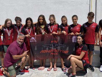 Много силно се представиха плувците на Локомотив Русе (8 момичета и 2 момчета) на Държавното първенство по плуване за младша възраст в Благоевград на 24-26.07.2020г. на 50м басейн. Завоюваха 2 златни медала, 1 бронзов медал, 2-ро място Отборно девойки (1-во Черно Море Варна и 3-ти Астери Варна) и 8-мо място в комплексното класиране в конкуренцията на 350 плувци от 48 клуба. - В най-атрактивната и зрелищна дисциплина 4х100м щафета св.стил, девойките: Виктория Ганева, Радостина Кичукова, Михаела Маринова и Ева Янкова извоюваха златото с постижение 4:16,28 (на 2-ро място Астери Варна и 3-то място Черно Море Варна). - Това постижение не беше случайно и го доказаха и в щафетата 4х200м св.стил, където спечелиха отново 1-во място в една епична 9,30 минутна битка със силната конкуренция от Варна. Златото бе спечелено с време 9:27.4. Съставът на тази щафета бе: Тереза Димитрова, Ева Янкова, Радостина Кичукова и Михаела Маринова. -Бронзът в щафетата 4х100м смесена по стил бе спечелен с време 4:58,11 в състав: Ева Янкова, Тереза Димитрова, София Крумова и Михаела Маринова. Тези резултати са доказателство за силния колектив, отборен дух и сърце, ВАЖНИ неща в изграждането и развитието на един спортист. Главен треньор - Деян Дончев . Помощник треньор - Севиляй Сали Много добър рестарт на Държавните първенства! Да пожелаем успех на състезателите на Локомотив на ДЛОП Деца в Сандански и ДЛОП Старша Възраст във Варна.