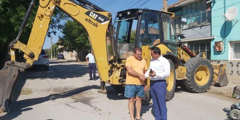 Кметът на Община Ветово д-р Мехмед Мехмед постави началото на ремонта на улиците в село Кривня