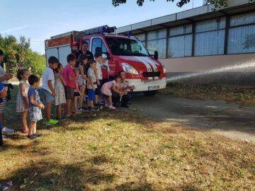 Пожарникари представиха професията си на децата в Новград