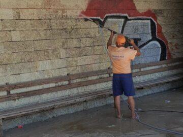 Започна почистването на графити в Русе