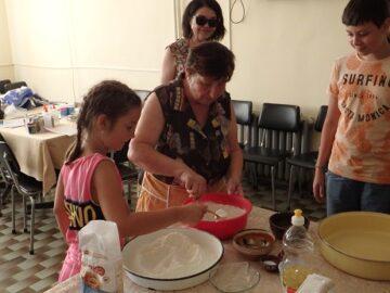 Деца от Ценово приготвят гозбите на баба