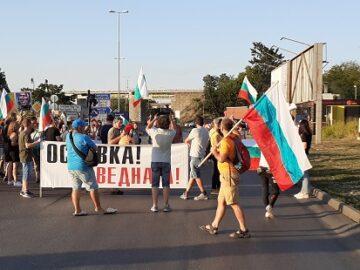 Протестиращи срещу правителството в Русе спират за кратко движението на кръстовището пред ГКПП Дунав мост