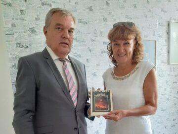 Книги и календар доведоха Румен Петков за библиотеката