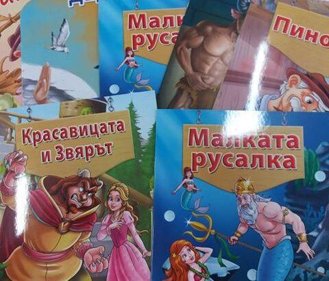 "Двегодишната Анабел дари книги на РБ ""Л. Каравелов"""
