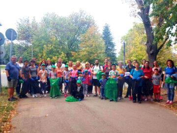 """Продължава доброволческата дейност по почистване на зелените площи и местата за отдих и игра в Русе. Тя е част от кампанията """"Да изчистим България заедно"""" и е отворена за участие на всички заинтересовани граждани. В зелената инициатива вече се включиха общински служители от дирекциите """"Екология и Транспорт"""", """"Правни дейности"""", """"Административно обслужване"""" и """"Финансово стопански дейности"""". На 3 октомври предстои участието и на дирекциите """"Хуманитарни дейности"""" и """"Обществен ред и сигурност"""". Всеки желаещ да вземе участие и да даде добър пример, може да получи съдействие и допълнителна информация на телефон 082/506 793. На него следва да бъде подадено и местоположението на почистената площ и количеството събрани отпадъци, за да се определи начинът за извозването им."""