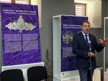 """Изложбата на русeнския исторически музей """"Пафтите - вселена от знаци"""" гостува в Свищов"""
