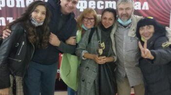 """Специалната награда на журито и наградата на публиката за """"Редки тъпанари"""" от Европейския фестивал на пътуващия театър"""
